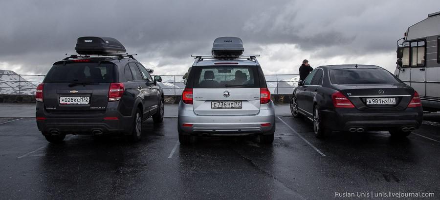 23. Через некоторое время пошел дождь, и мы грелись в машине, ожидая очередного разрыва в облаках и