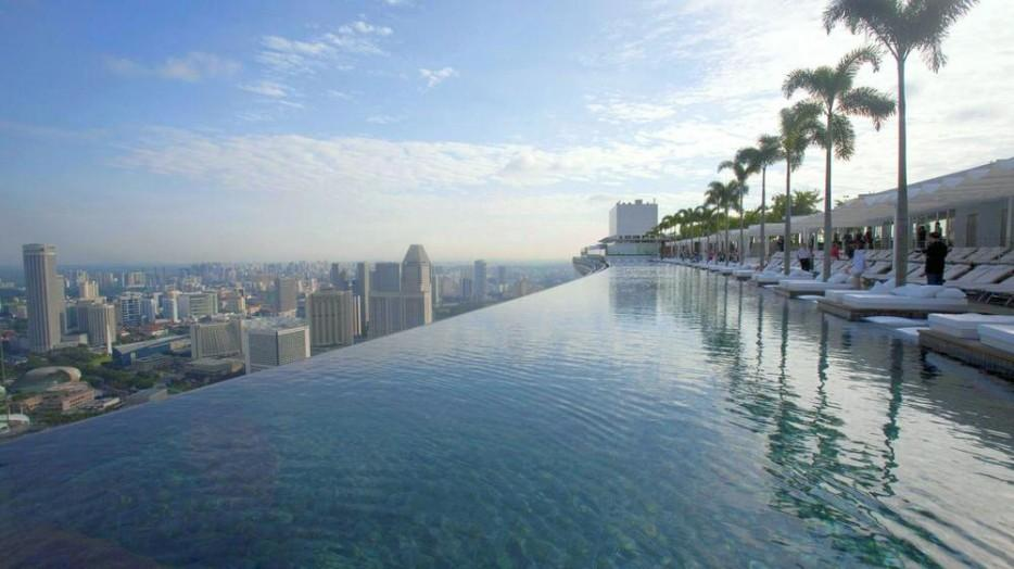 47. На вершине 57 этажей этого отеля-небоскреба находится бассейн, из которого открываются самые пот