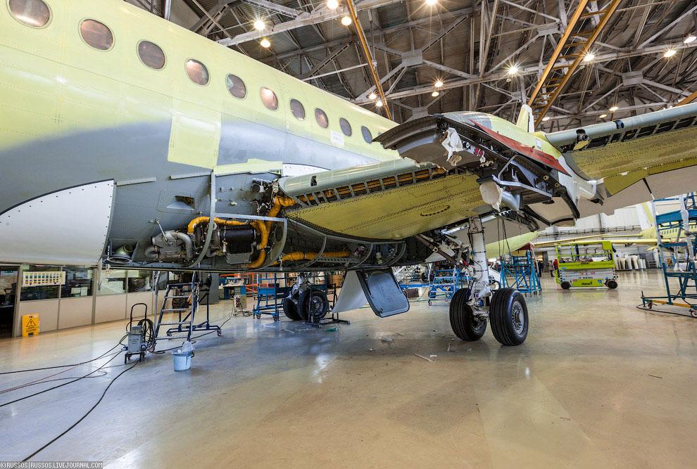 Законченная электропроводка самолета и его сердце —  блоки автопилота и бортового комп