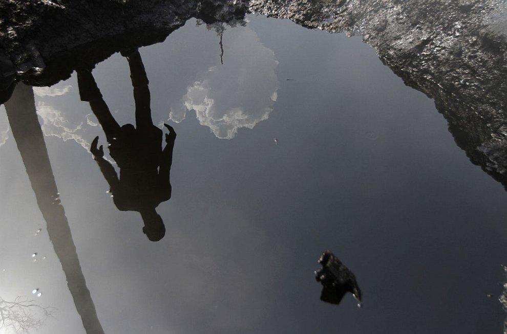 Пропагандистский щит у города Йенагоа в штате Байелса: «Воровство сырой нефти приводит к поте