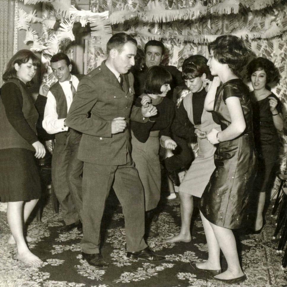 18. Твист в Тегеране? Сливки тегеранского общества поснимали обувь и танцуют под рок-н-ролл в начале