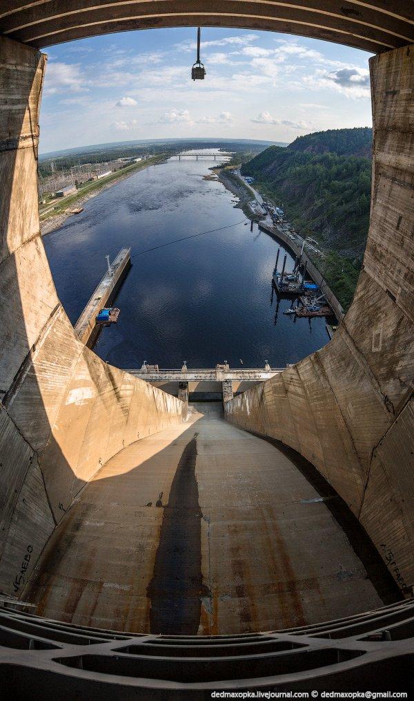 В здании ГЭС установлено 6 гидроагрегатов, общая мощность которых составляет 1 330 МВт, среднегодова