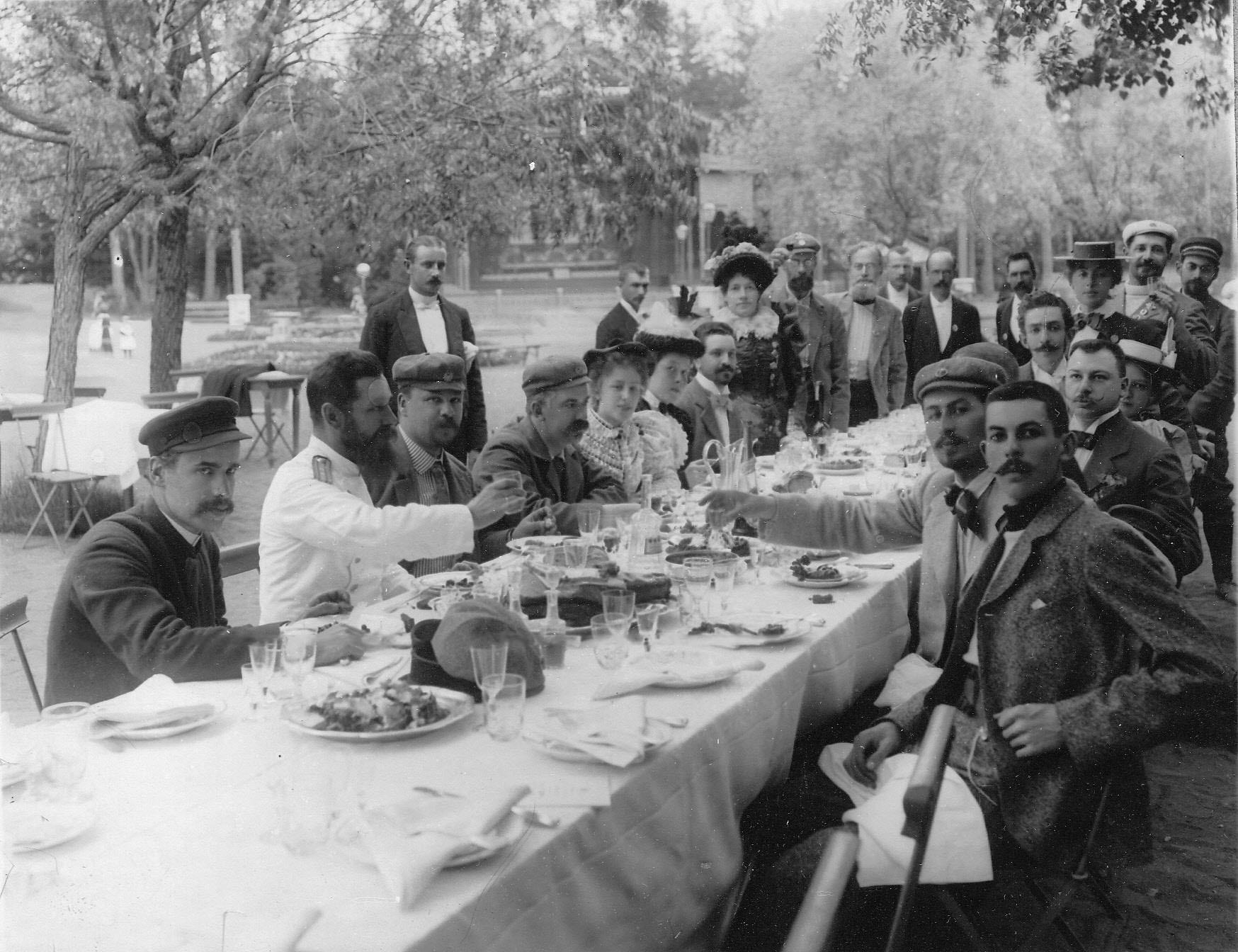 Группа членов Петербургского кружка велосипедистов-любителей, участников поездки в Озерки за завтраком