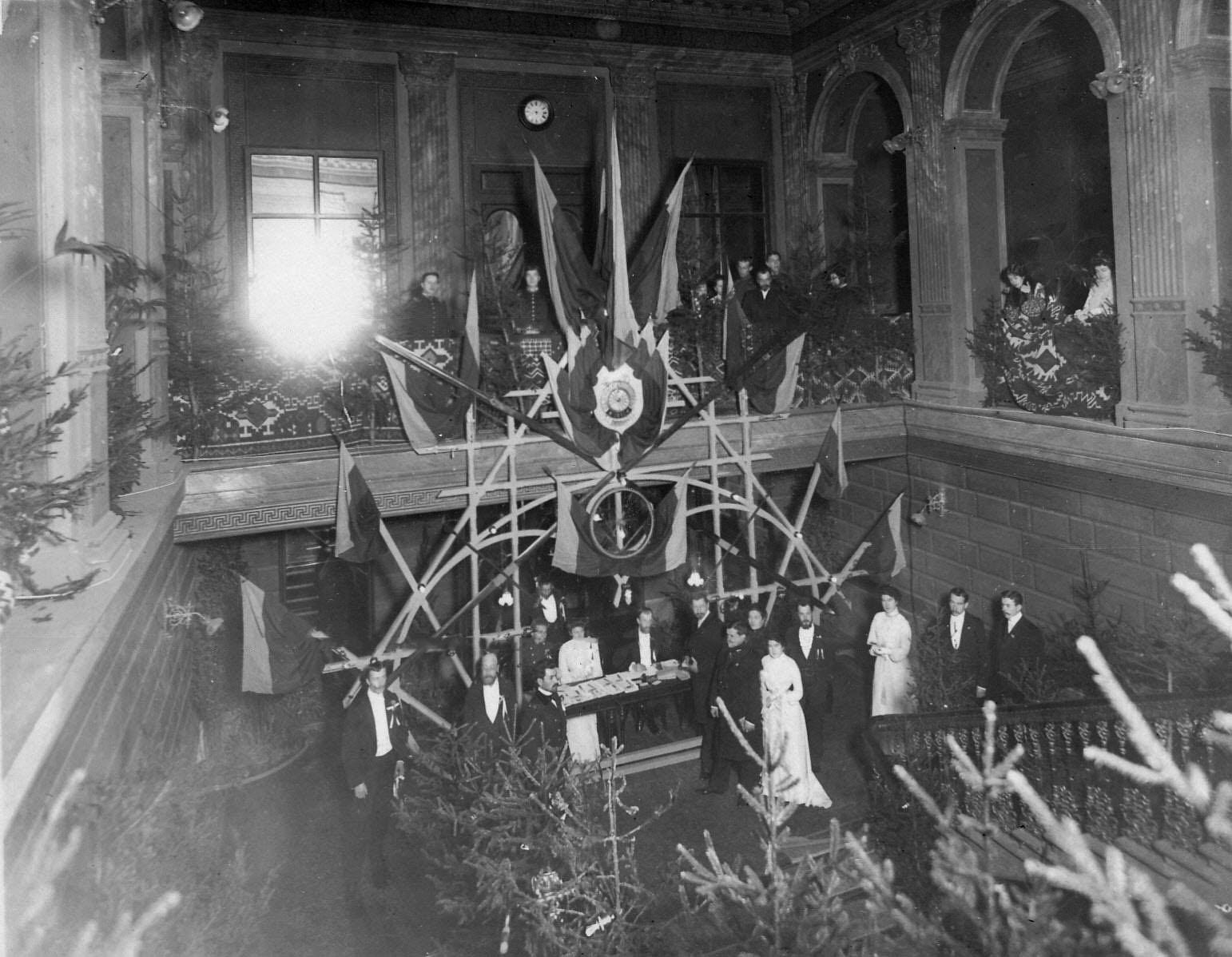 Распорядители встречают на лестнице Дворянского собрания приглашенных на вечер