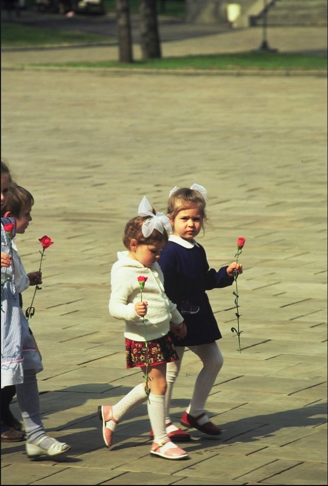 Дети идут к могиле Неизвестного солдата