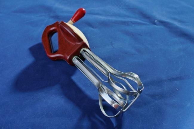 Это предшественник современных миксеров— ручная взбивалка для крема. Шедевр советской инженерной мы