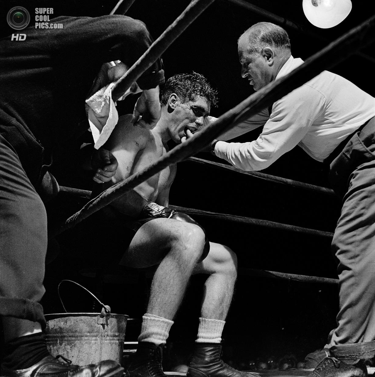 США. Нью-Йорк. 1948 год. Боксер Уолтер Картье получает указания от секундантов. Этот бой стал ос