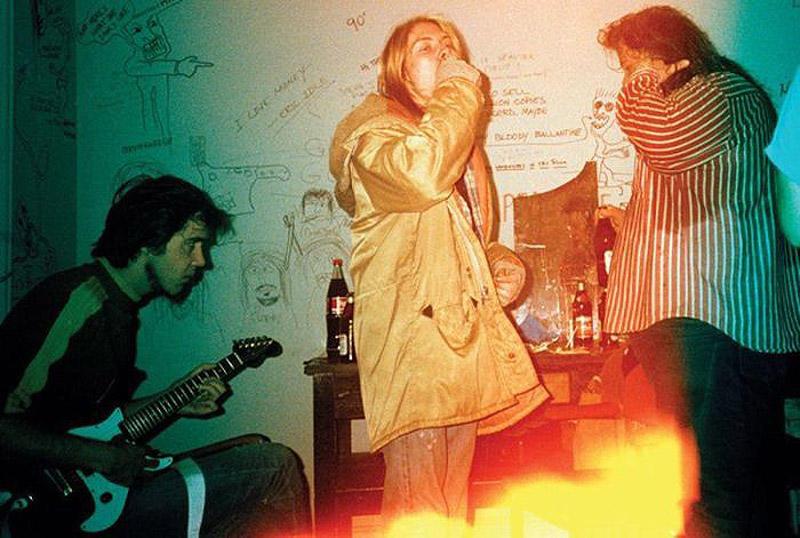 Крист Новоселич, Курт Кобейн и Тед Дойл в Цюрихе, 30 ноября 1989 года. В центре книги — история о то