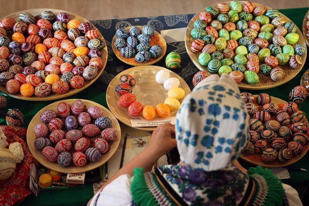 15. Керстин Хануш украшает яйца к празднику. (Photo by Adam Berry) , Пасхальные яйца