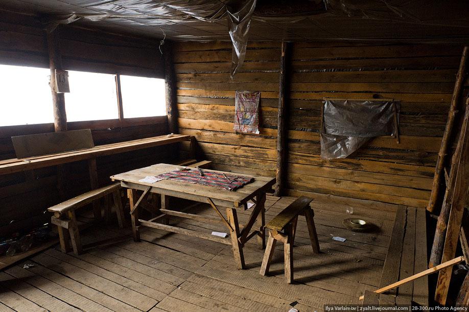 17. А это спальня. На деревянных настилах спят прямо в одежде, в которой работают.
