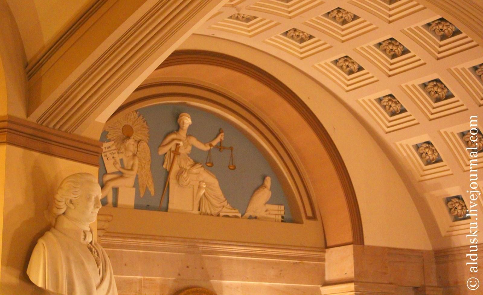 Фемида без повязки. Работа Карло Францони Carlo Franzoni(1817). Позади старой палаты Верховного Суда