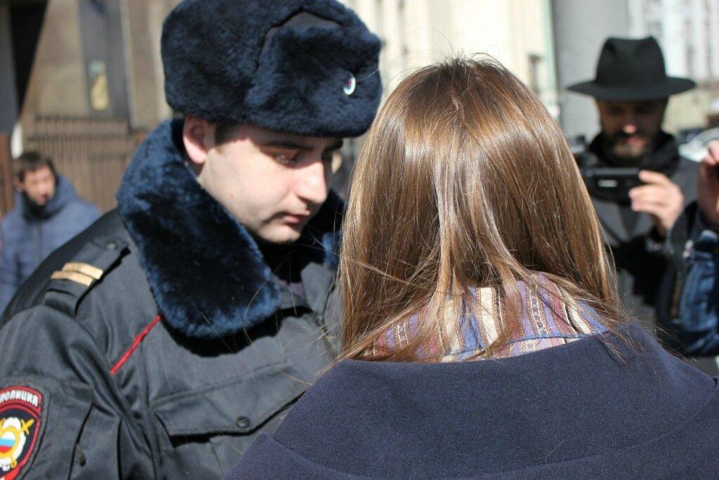 первой полицейские схватили Дарью Яценко