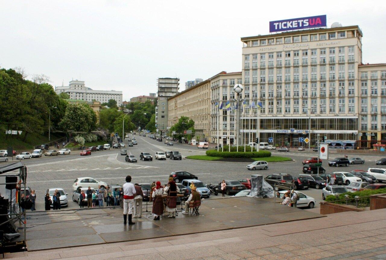 Фольклорная сцена на Европейской площади