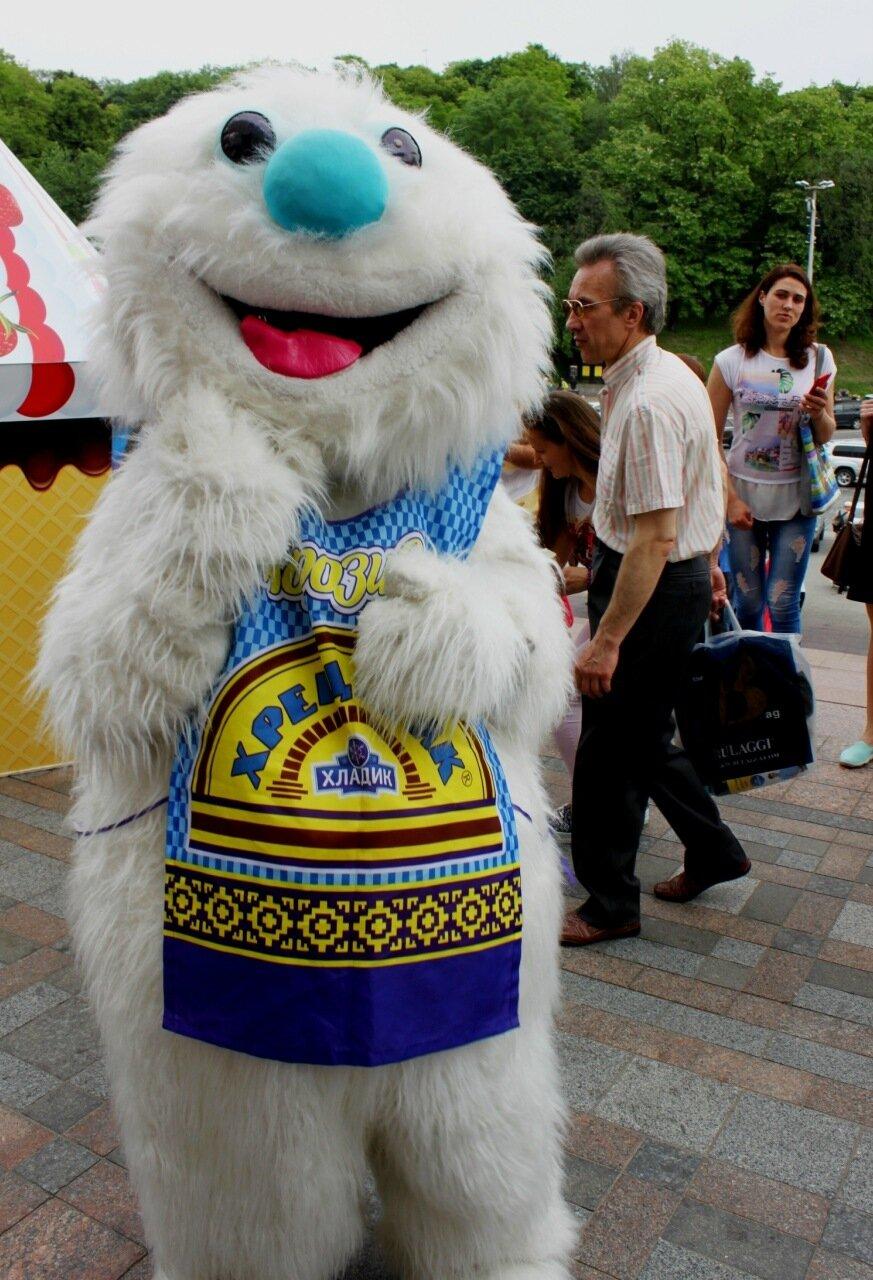 Ростовая кукла на фестивале мороженого