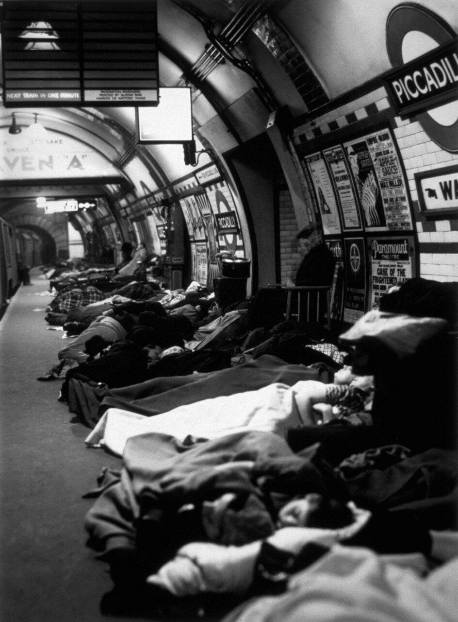 1940. Люди спят на платформе станции метро «Пикадилли» во время воздушного налета