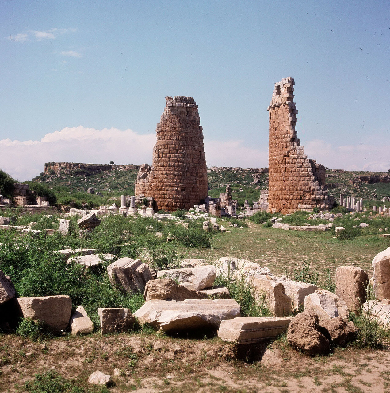 Перга.  Эллинистические ворота, датируемые III в. до н. э. По краям ворот стоят башни округлой формы
