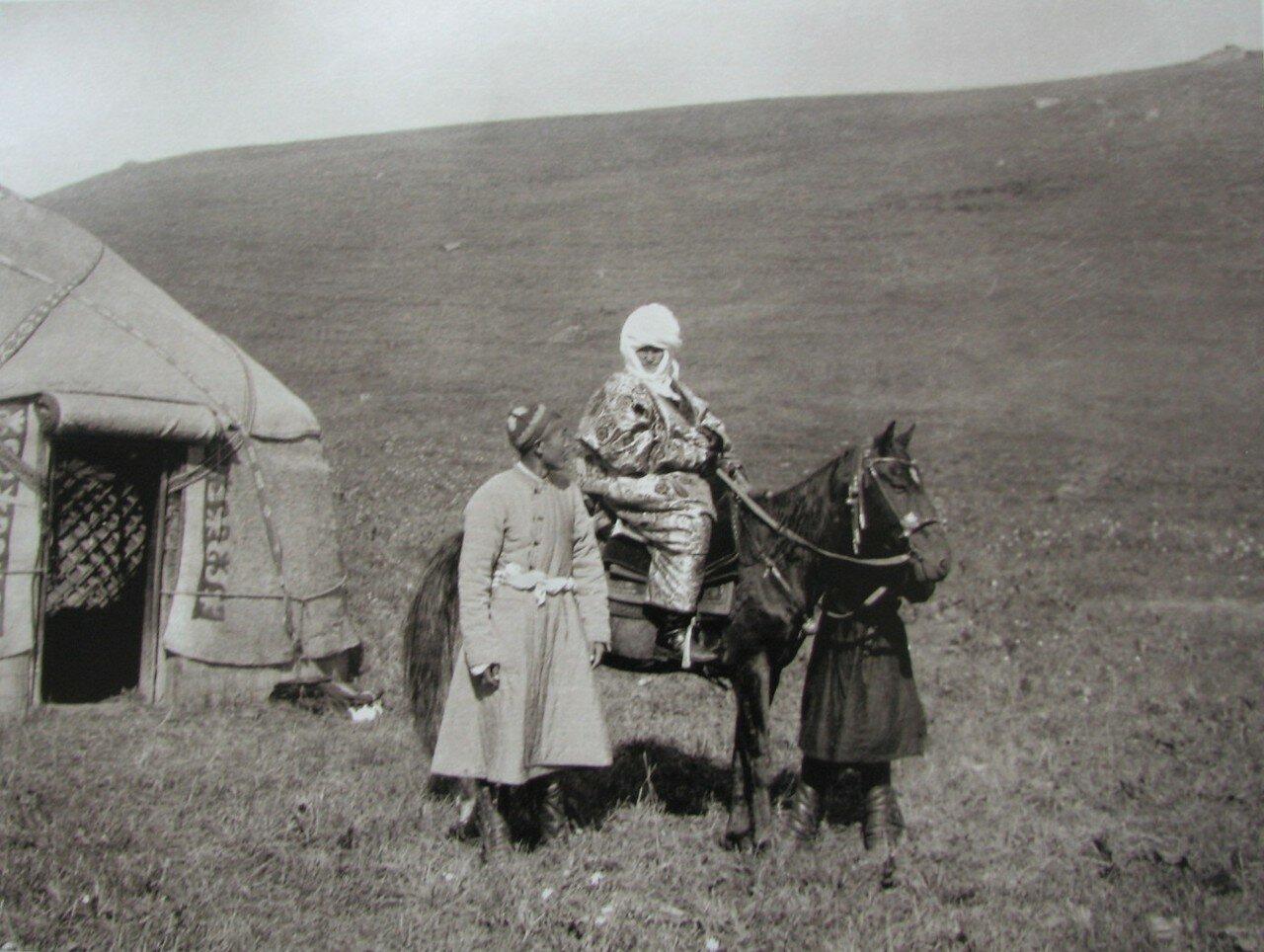 Курманжан датка на коне