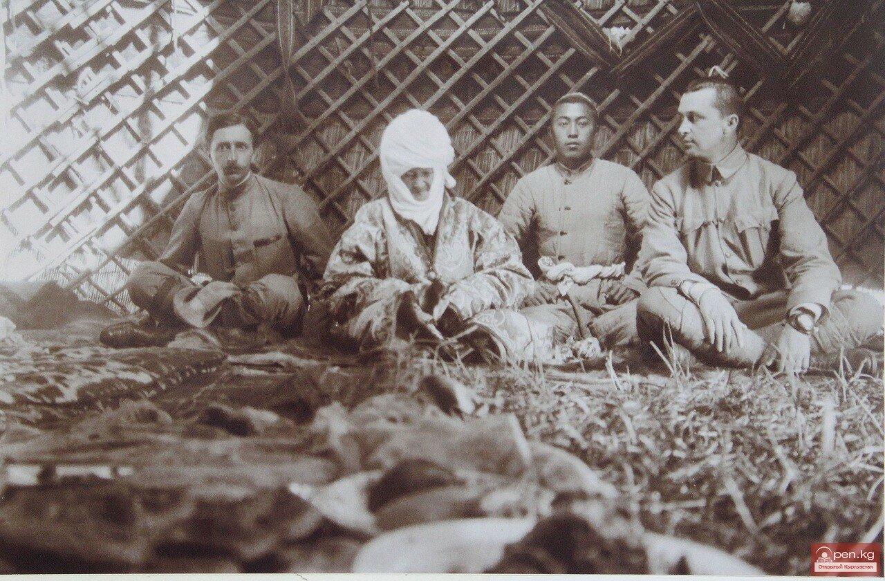 Французский востоковед Поль Пелльо, Курманжан датка, её внук и Маннергейм в юрте «Алайской царицы» (вариант)