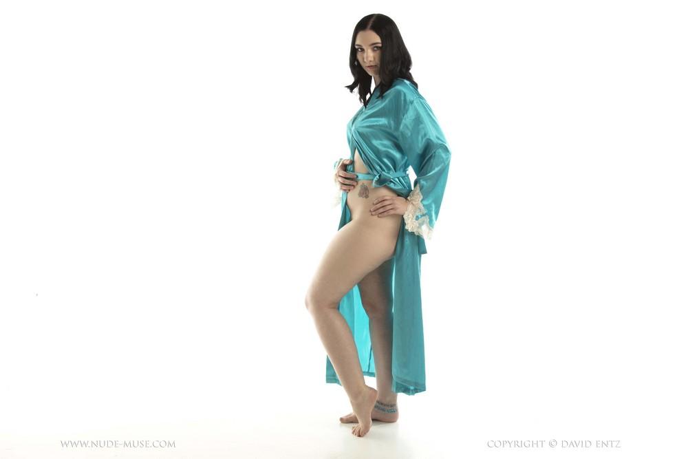 Nora Rose в бирюзовом халатике