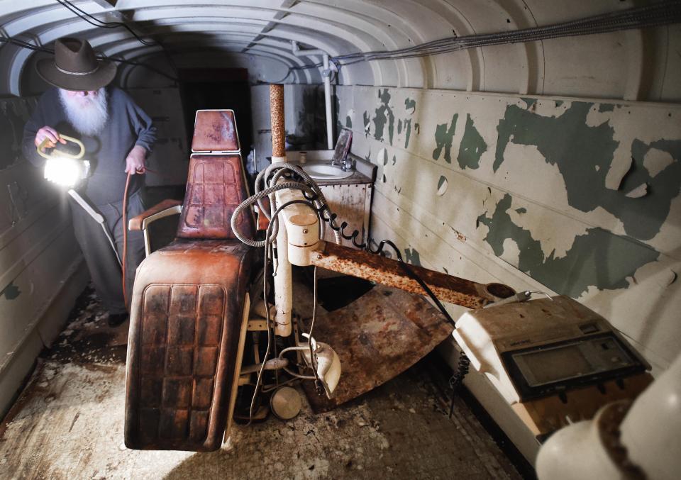 Канадец 50 лет строил ядерный бункер из 42 школьных автобусов