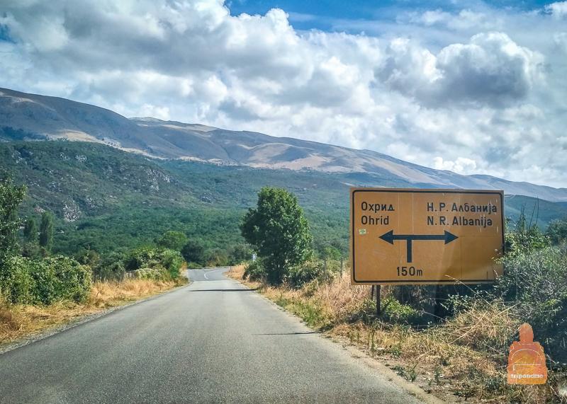 Указатель на Охрид и Албанию