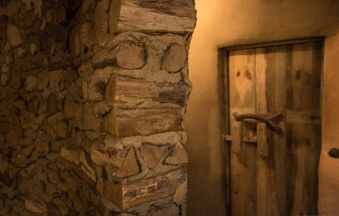 Перегородки в доме построены по технологии cordwood (по-нашему глиночурка), т. е. сухие поленья (чур
