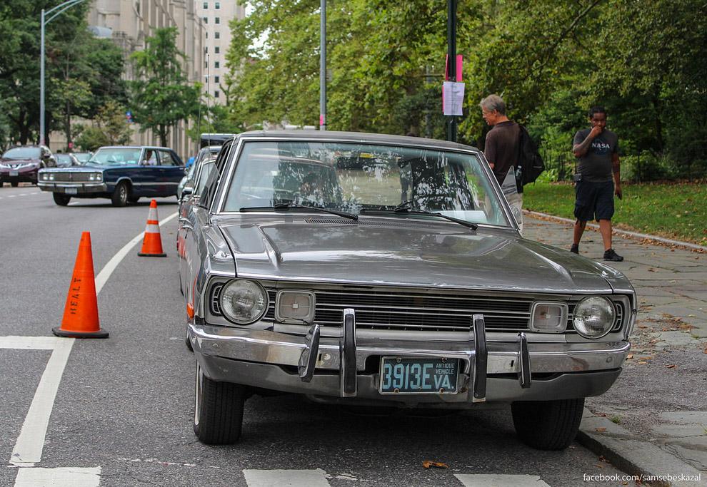 Старые автомобили на улицах Нью-Йорка