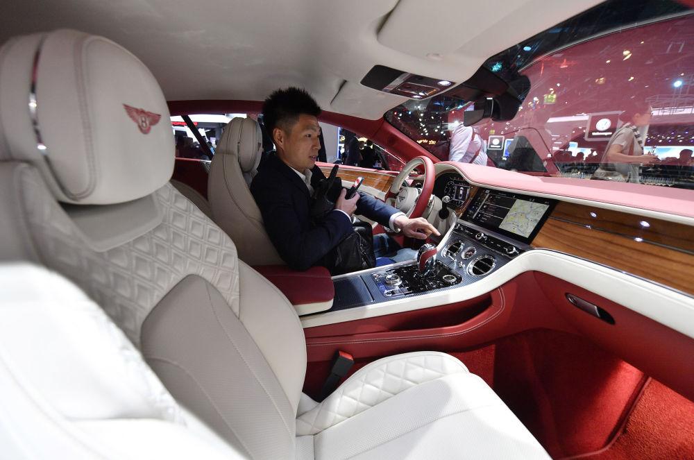 Экологическая организация «Гринпис» установила этот автомобиль накануне мероприятия. Это знак пр
