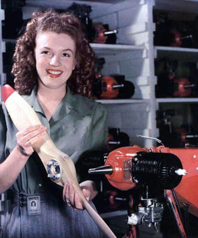 На фабрике Норму Джин заметил офицер военной пропаганды. Он сфотографировал ее на рабочем посту. Это