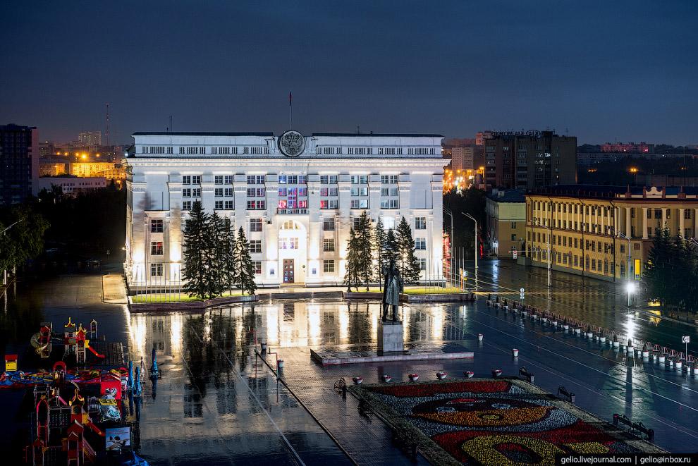 8. На площади Советов берет начало одна из главных магистралей города — Советский проспект.