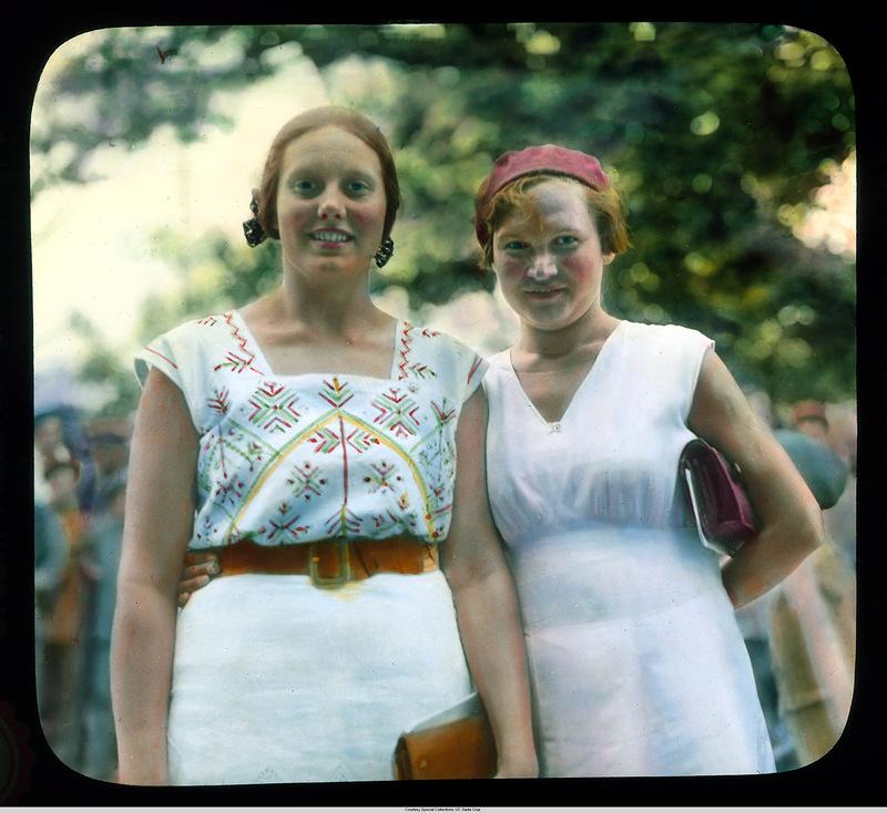 17. Две молодые женщины, экскурсоводы.