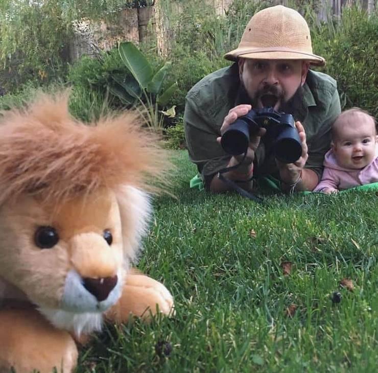 Папа делает веселые фотографии со своей дочерью