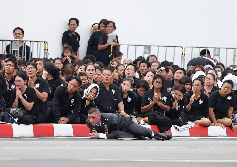 16. Тем временем, похоронная процессия двигается дальше. (Фото Jorge Silva | Reuters):