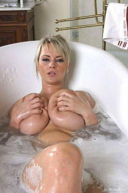 Телка с большими буферами моется в ванной, пихают в пизду что попало порно фото