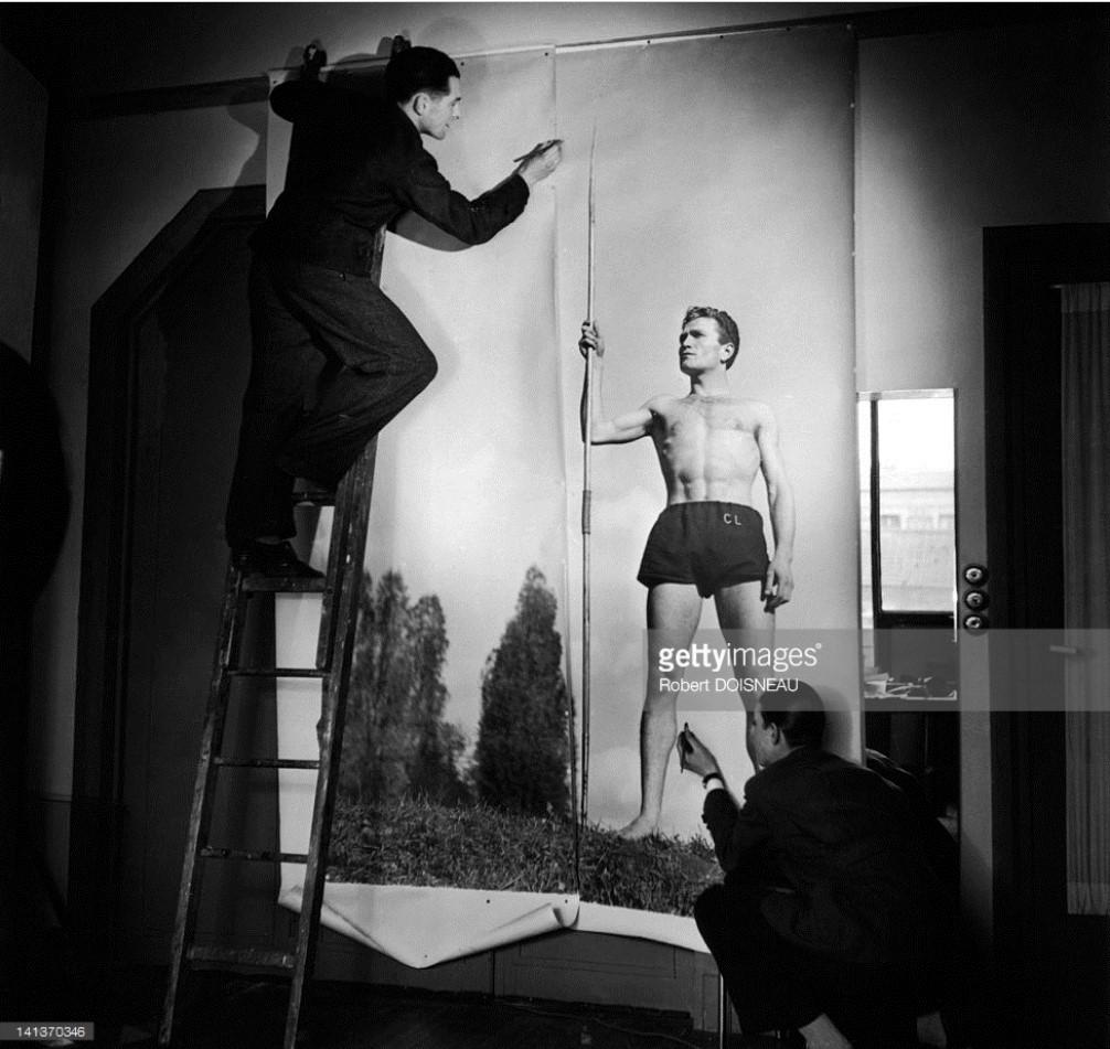 1945. Подготовка к портретной сессии в студии Робера Дуано с Робером Каше