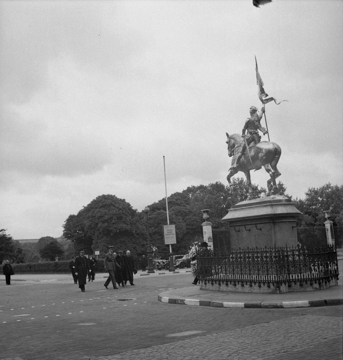 006. Перед монументом Жанны д'Арк, Площадь Пирамид