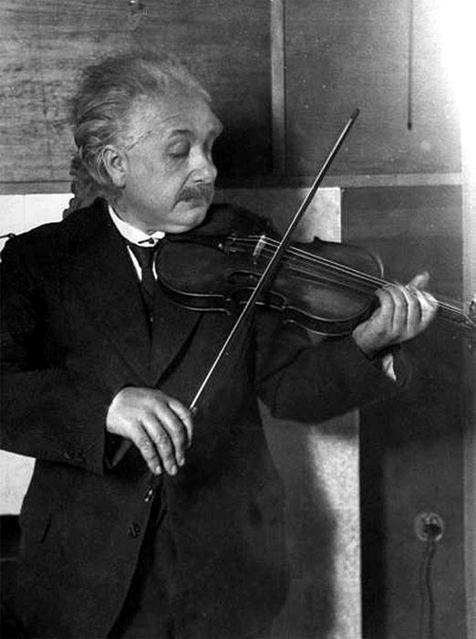Альберт Эйнштейн играющий на скрипке, 1921 год, By E O Hoppe