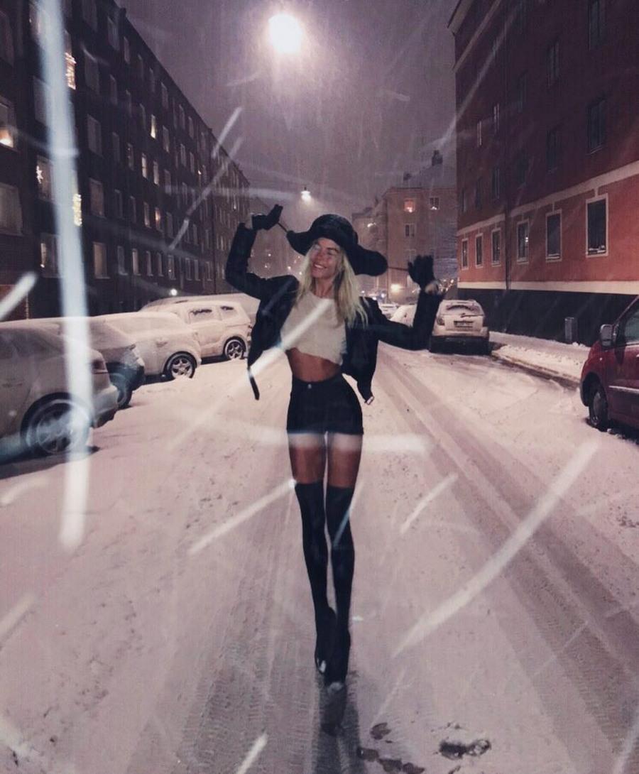 Шведская модель с метровыми ногами