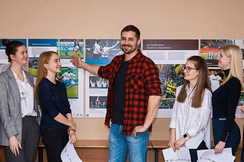 Фотовыставка плакатов о футболе на немецком языке в гимназии