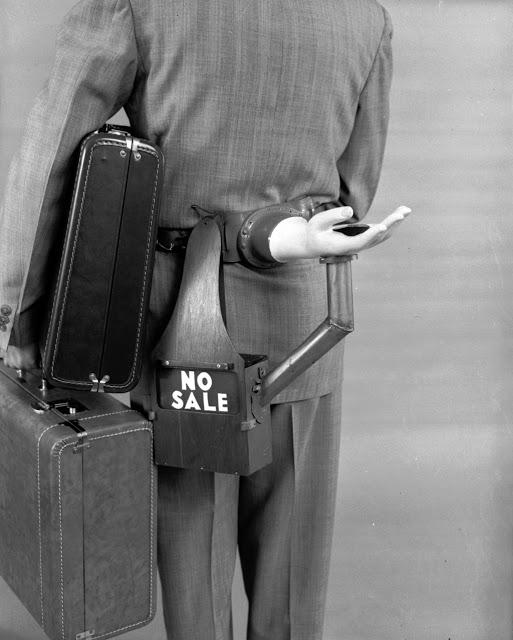 Приспособление для чаевых На фотографии 1955 года изобретатель Рассел Оакс показывает свое изобретен