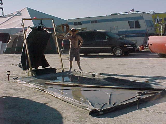 Обратите внимание, что рядом с душем расположено болотце с грязной жижей. Это использованная для душ