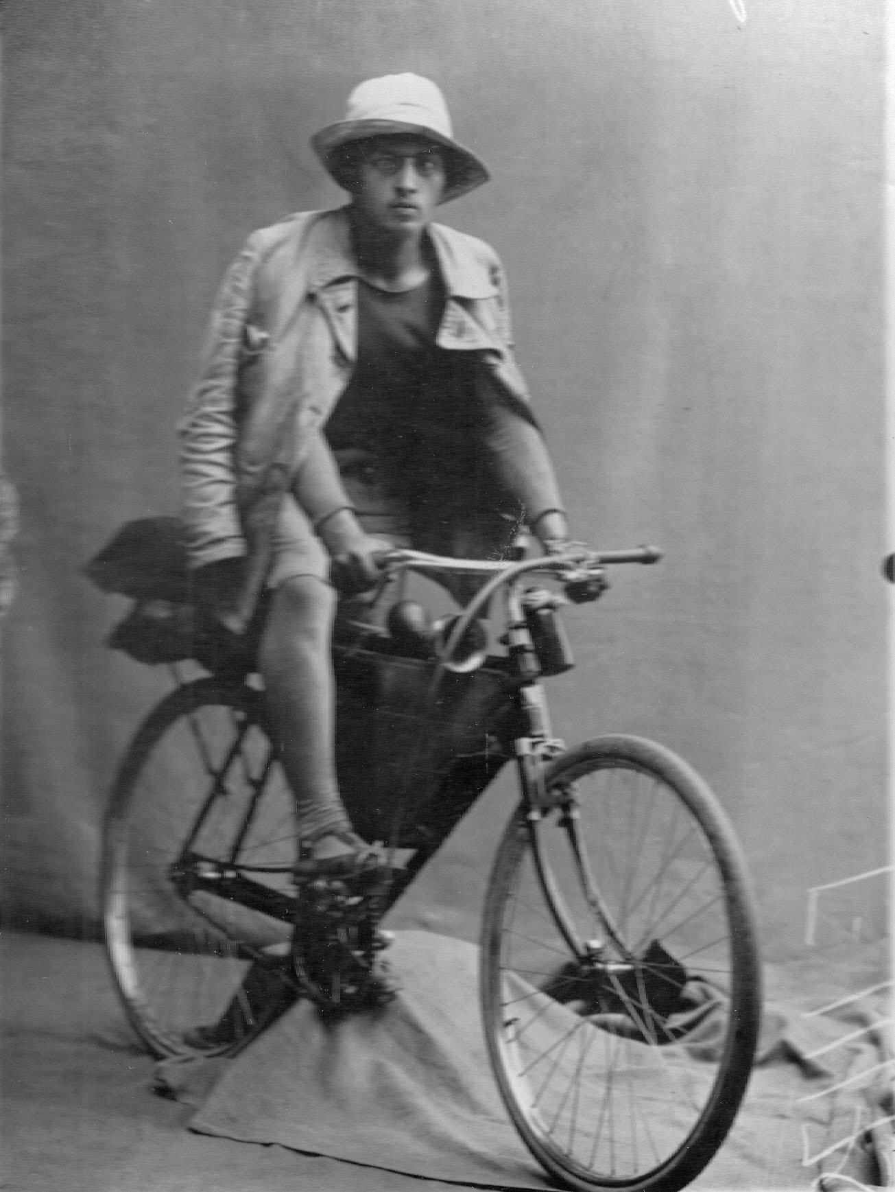 Рекордсмен-велосипедист Белоусов на велосипеде. 1912