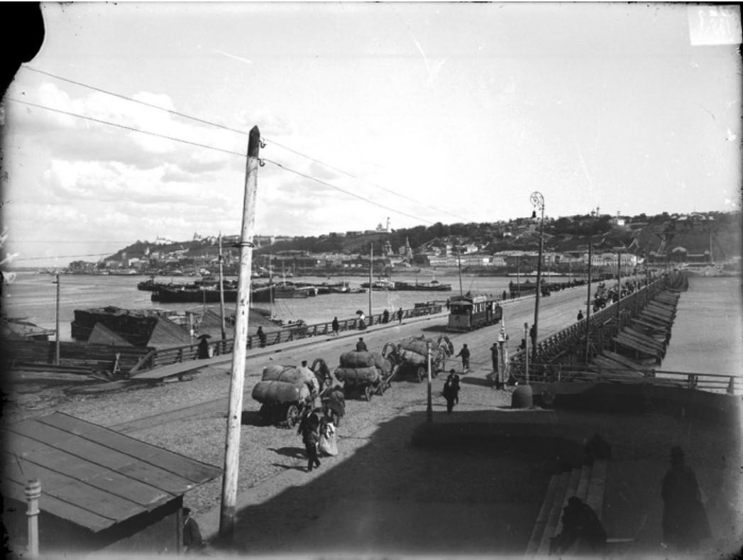 Общий вид на верхнюю часть города и плашкоутный мост