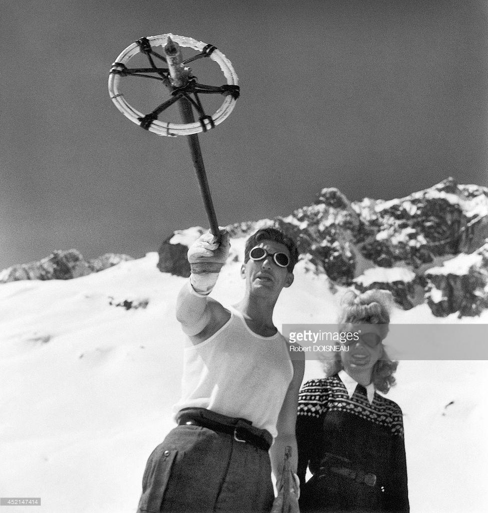 1946. Пара, любующаяся пейзажем в Тироле, Австрия