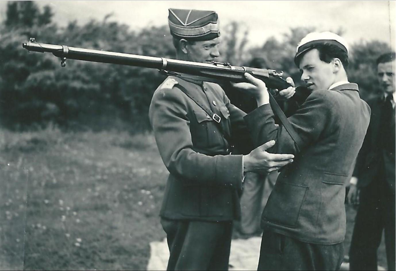 1942. Харальд Херинг из стрелкового клуба. Инструктор по стрелковому оружию капитан Хингель