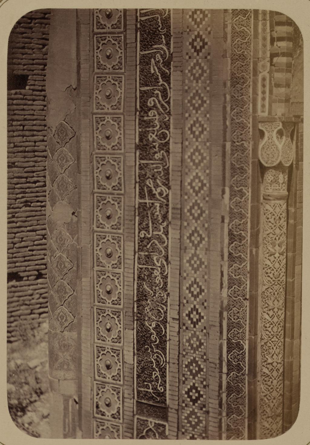 Мавзолей дочери эмира Ходжи Туглу-Текин. Надпись на верхней левой стороне фасада