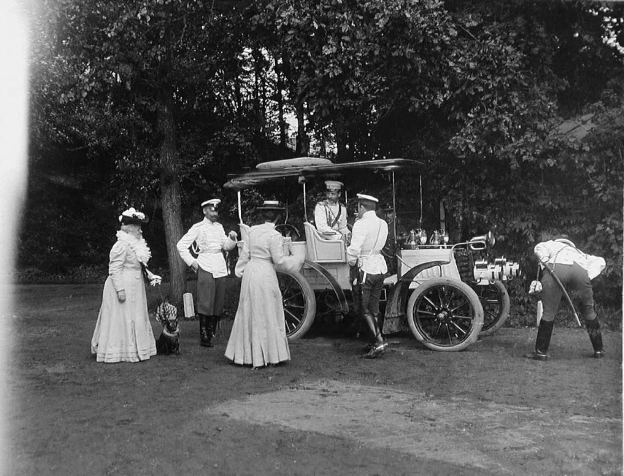 1905. Панар-Левассор.  3-я слева великая княгиня Ольга Александровна, 4-й — великий князь Борис Владимирович