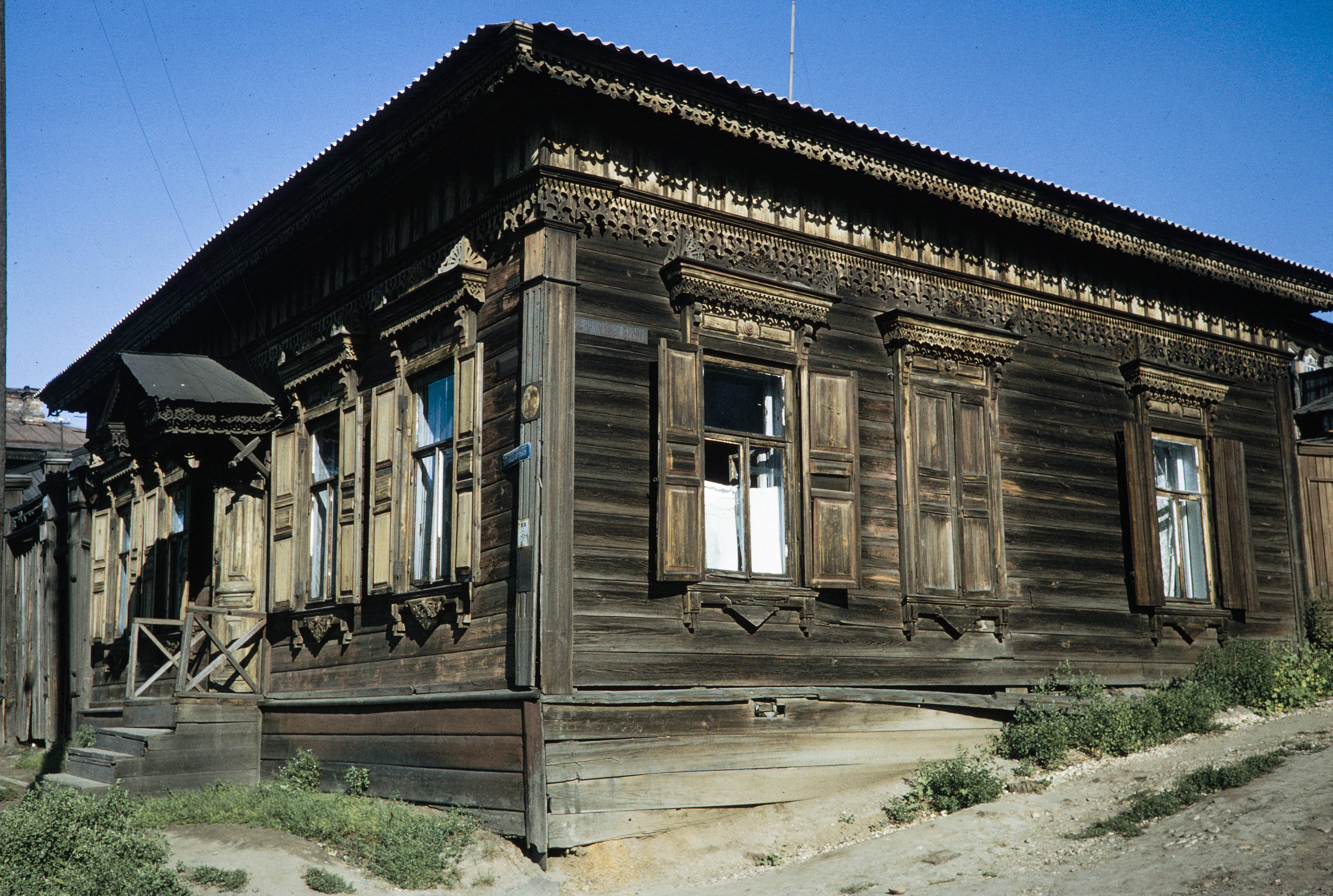 Угол улиц Подгорной и 2-й Красноармейской. Деревянный дом