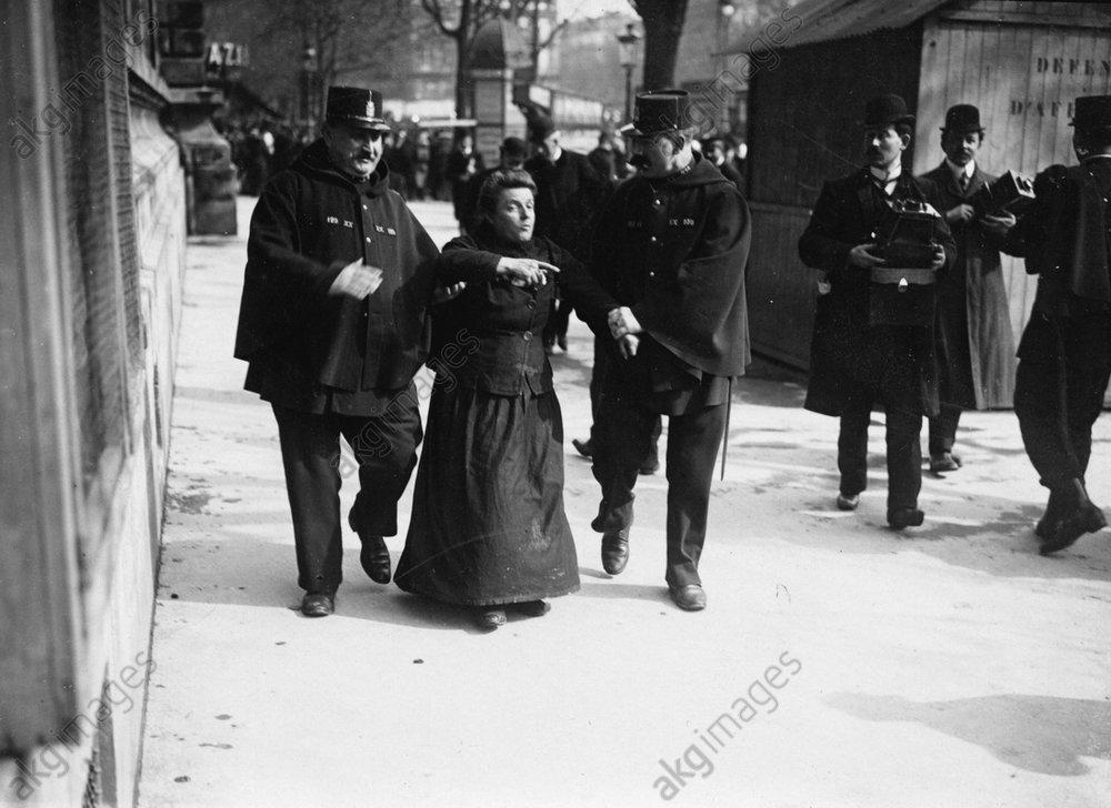 Festnahme einer Demonstrantin / Foto - -