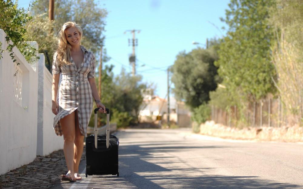 Белокурая Hayley Coppin на прогулке